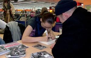 Stefanie Heinzmann gibt Autogramme