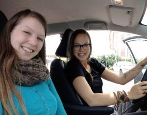 Stefanie Heinzmann und Viktoria Steiner bei der 1.5 stündigen Fahrt im Hybrid Auto